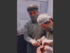 1980年 徳島県医師会阿南中央病院にて手術中