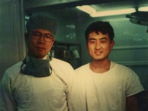 1980年 徳島大学医学部第二外科医局長 森本先生と一緒に手術後紀念写真