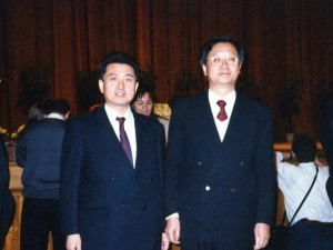 1997年 北京人民大會堂で中國元厚生大臣張文康先生との記念写真