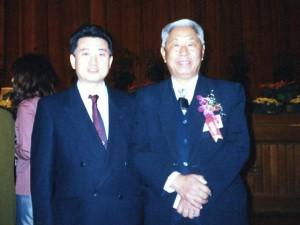 1997年 北京 世界針聯主席 教授 王 雪苔先生と記念写真