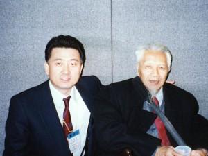 1997年 北京 世界針聯学術大会で中国工程院院士、学術委員会主任委員 教授 程莘農先生と記念写真