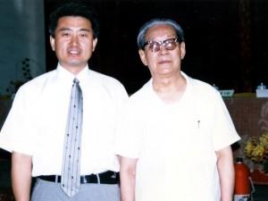 1996年 中国蘭州で、国際鄭氏伝統針法学術大会で、会長・教授 鄭 魁山先生と記念写真